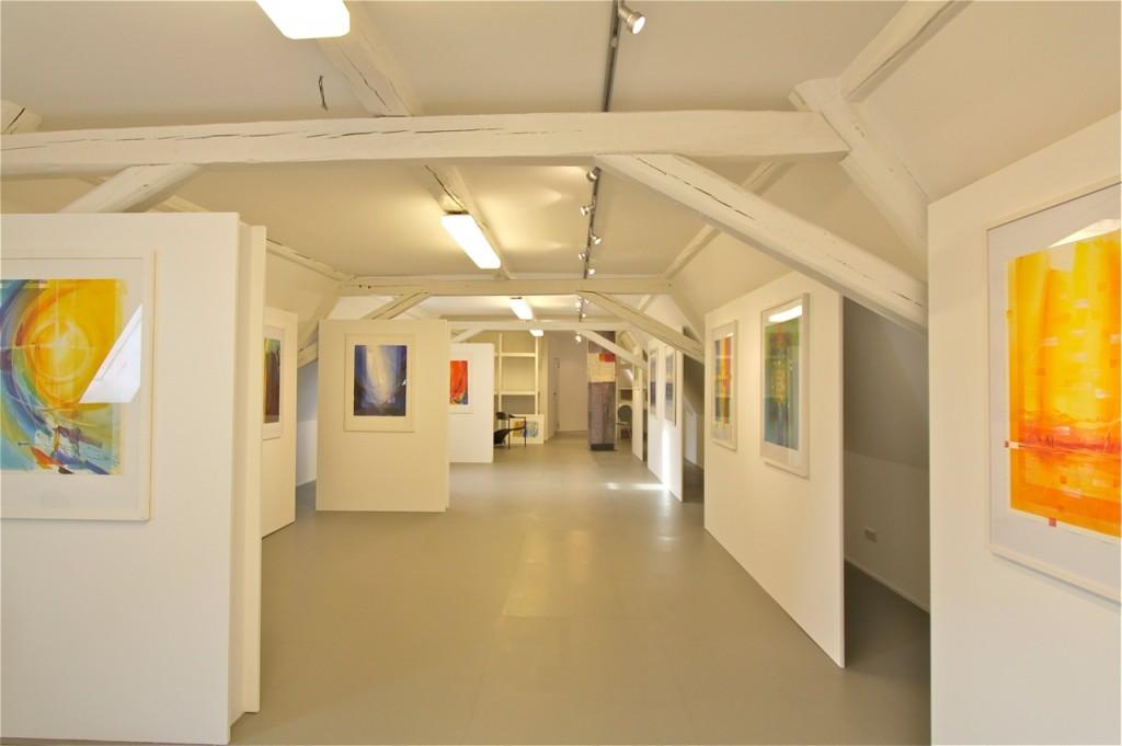 Atelier Eberhard Münch Tage des offenen Ateliers: Unser Atelier für Wandmalerei heißt Sie herzlich willkommen zu einem Atelierbesuch in der Didierstrasse 5, in Wiesbaden- Biebrich an folgenden Tagen: 5.10.2013 9.11.2013 7.12.2013 14.12.2013 jeweils von 14:00 Uhr- 19:00 Uhr Gerne auch nach Vereinbarung per Emailanfrage: ateliermuench@t-online.de Unsere neu gestaltete Galerie sowie die Werkräume und die Ateliers laden ein zu interessanten Begegnungen und Gesprächen. Wir freuen uns auf Sie. Eberhard Münch und Maria Acconci- Münch Atelier für Wandmalerei Didierstraße 5 D- 65203 Wiesbaden- Biebrich ateliermuench@t-online.de Aktuelle Arbeiten: www.blog.atelier-muench.de home: www.atelier-muench.de Aktuelle Kunstkarten, Kalender, Kunstdrucke: www.adeo-verlag.de/ Aktuelle Paramentik: www.schreibmayr.de/de/Messgewaender/Sanctus